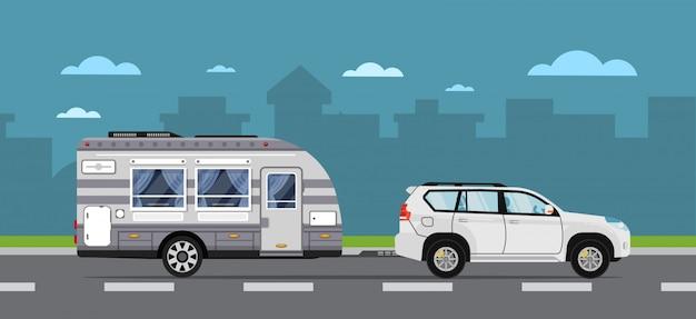 Volantino di viaggio su strada con auto suv e rimorchio