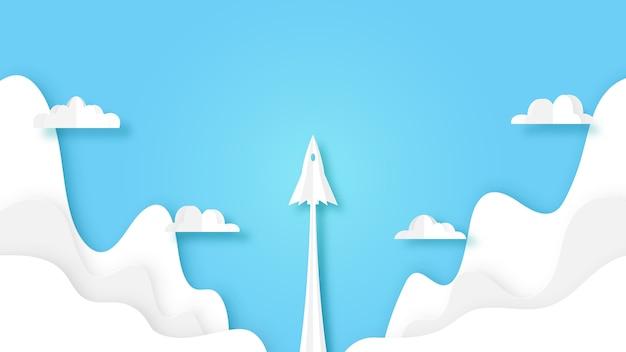 Volo del lancio della nave del razzo sul cielo blu con le nuvole.