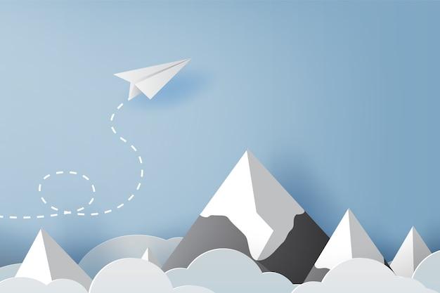 Volo dell'aereo bianco di carta di origami sul cielo