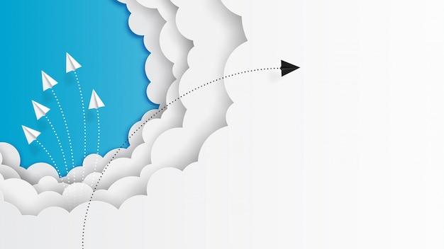 Volo di lavoro di squadra degli aeroplani di carta sulle nuvole e sul cielo blu