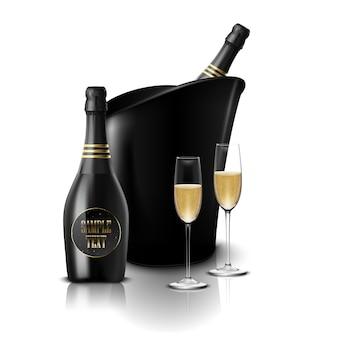 Wineglass con bottiglie di vino nero di champagne in un secchio