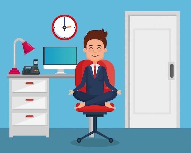 Yoga di pratica dell'uomo d'affari nella sedia dell'ufficio