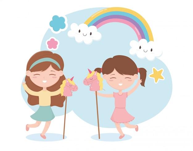 Zona bambini, bambine carine che giocano con i cavalli giocattoli arcobaleno