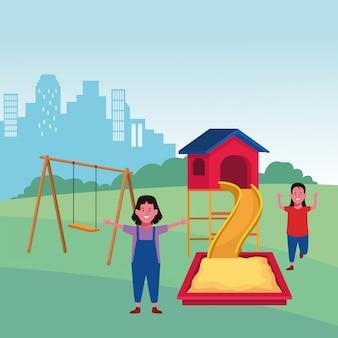 Zona bambini, ragazze felici con sandbox slide e parco giochi altalena