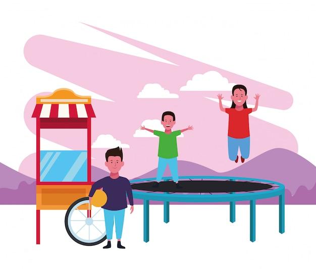 Zona bambini, ragazzo e ragazza che saltano trampolino e ragazzo con giochi per bambini palla cibo cabina