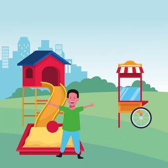 Zona bambini, ragazzo felice con sandbox con scivolo a sfera e area giochi per stand gastronomici