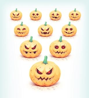 Zucche intagliate di halloween messe su bianco.