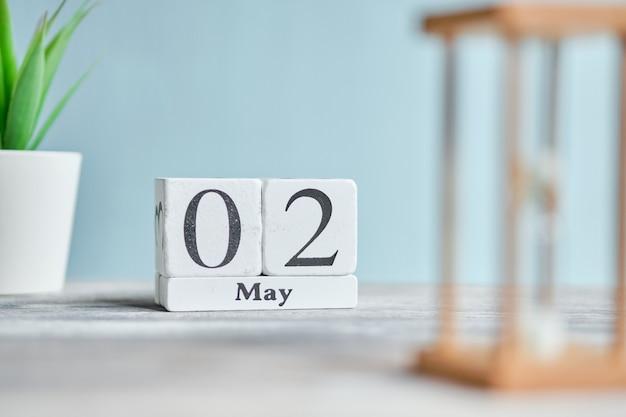 02 tweede mei maand kalender concept op houten blokken.