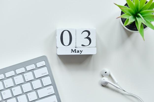 03 het derde mei-maandkalenderconcept op houten blokken.
