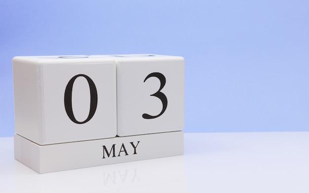 03 mei. dag 3 van de maand, dagelijkse kalender op witte tafel