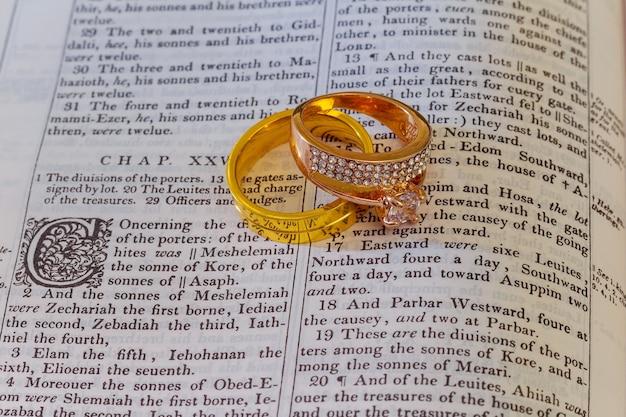04 november 2016 trouwringen worden op een opengeslagen bijbel geplaatst bij een vers in het boek genesis over het huwelijk.