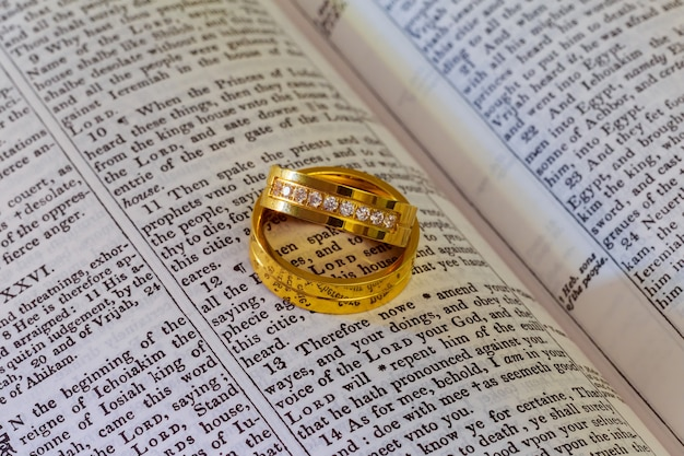 04 november 2016 twee trouwringen op een bijbel trouwringen bijbel