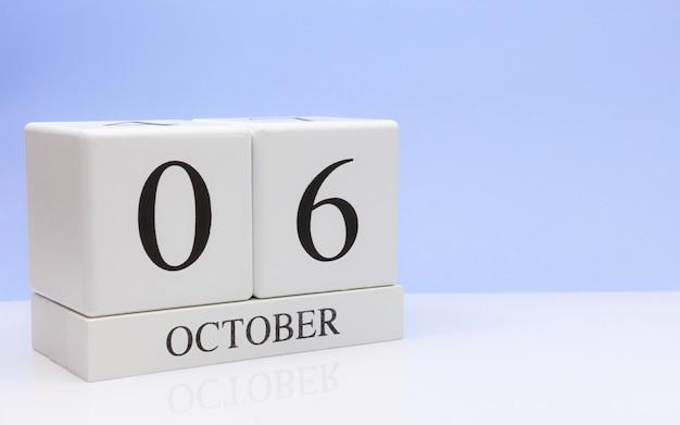 06 oktober. dag 6 van de maand, dagelijkse kalender op witte tafel