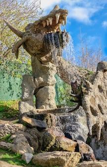 07.11.2020. oeman, oekraïne. beeldhouwkunst draken in het fantasiepark nova sofiyivka, uman, oekraïne, op een zonnige herfstdag