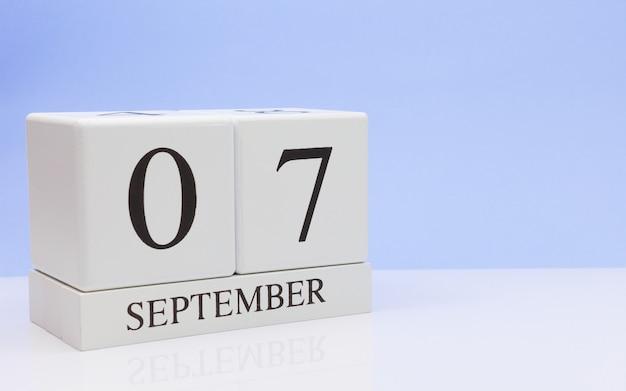 07 september. dag 7 van de maand, dagelijkse kalender op witte tafel met reflectie