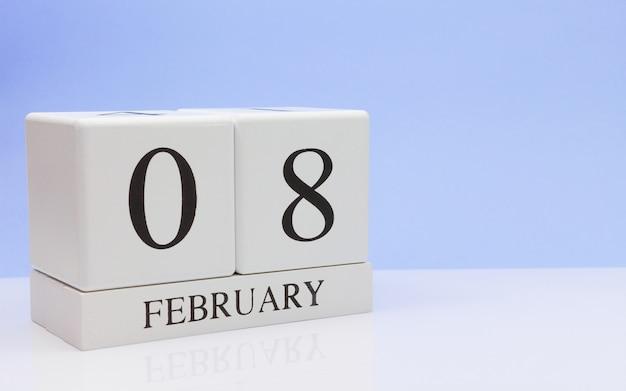 08 februari. dag 08 van de maand, dagelijkse kalender op witte tafel.
