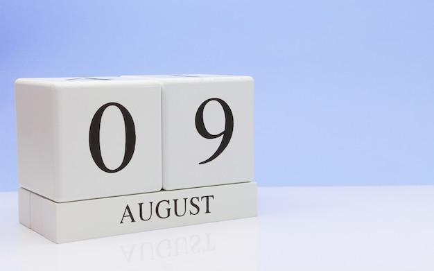 09 augustus. dag 9 van de maand, dagelijkse kalender op witte tafel