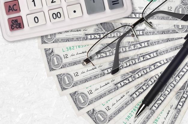 1 dollarbiljettenventilator en rekenmachine met bril en pen. zakelijke lening of belastingbetaling seizoen concept.