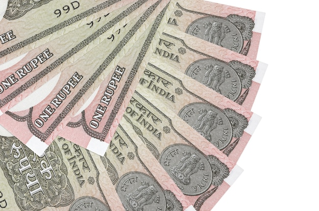 1 indiase roepie rekeningen liggen geïsoleerd op een witte achtergrond met kopie ruimte gestapeld in waaiervorm close-up
