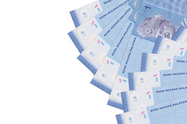 1 maleisische ringgitbiljetten liggen geïsoleerd op een witte achtergrond met kopie ruimte