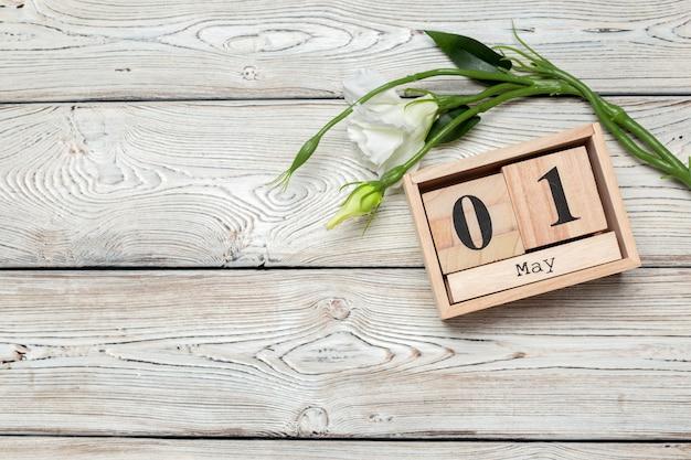 1 mei, 1 mei houten kalender op wit hout