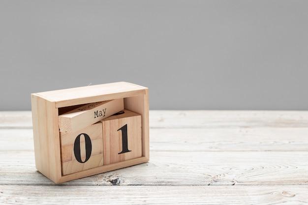 1 mei. afbeelding van 1 mei houten kleurenkalender op houten tafel. lente, lege ruimte voor tekst. internationale dag van de arbeid