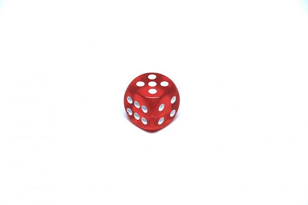 1 rode dobbelstenen close-up op een witte achtergrond