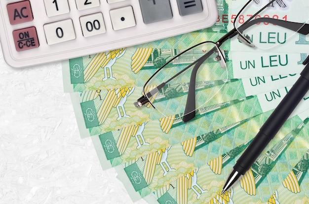 1 roemeense leu facturen ventilator en rekenmachine met bril en pen.