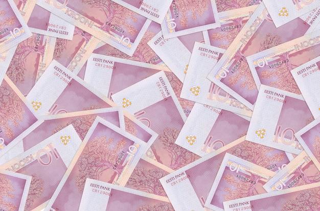10 estse kroonbiljetten liggen op een grote stapel