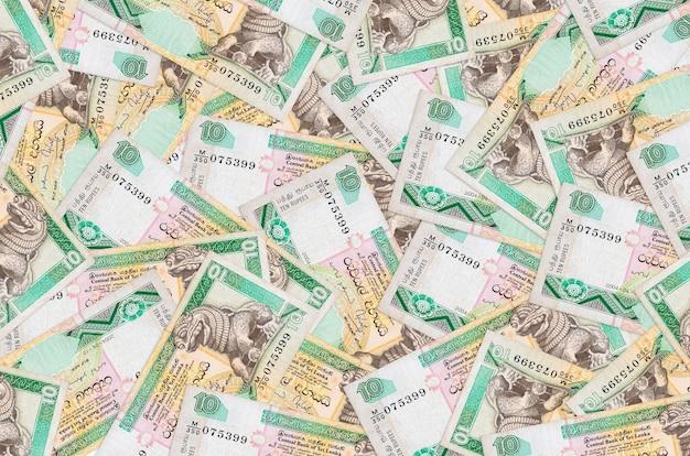10 rekeningen van sri lankaanse roepies liggen op een grote stapel