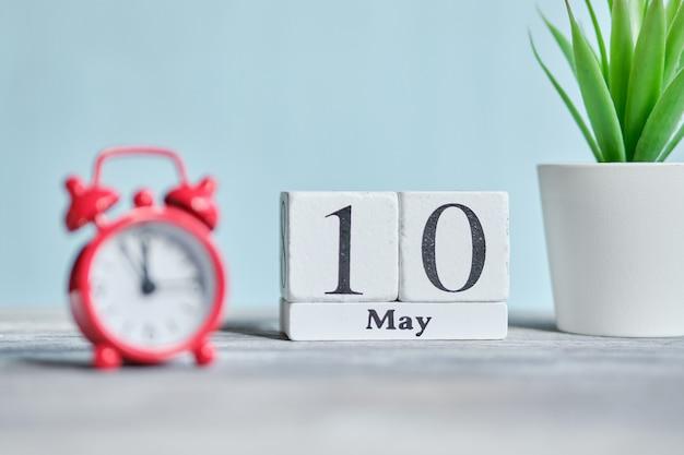 10 tiende maand maand kalender concept op houten blokken.