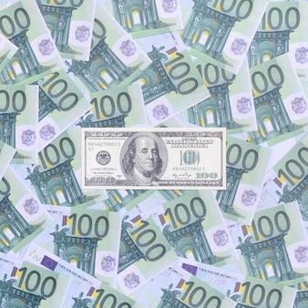 100 dollar bill is leugens op een set van groene monetaire coupures van 100 euro.