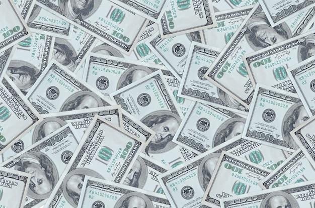 100 dollarbiljetten liggen op een grote stapel