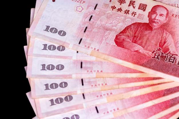 100 nieuw taiwanese dollarbankbiljet, contant geld dat op achterbank wordt geïsoleerd