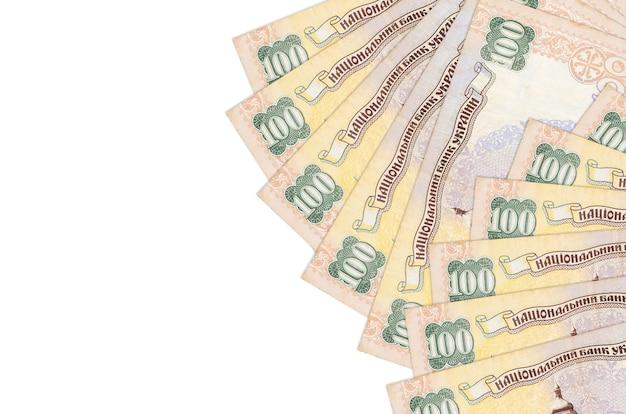 100 oekraïense hryvnias rekeningen liggen geïsoleerd op een witte achtergrond met kopie ruimte