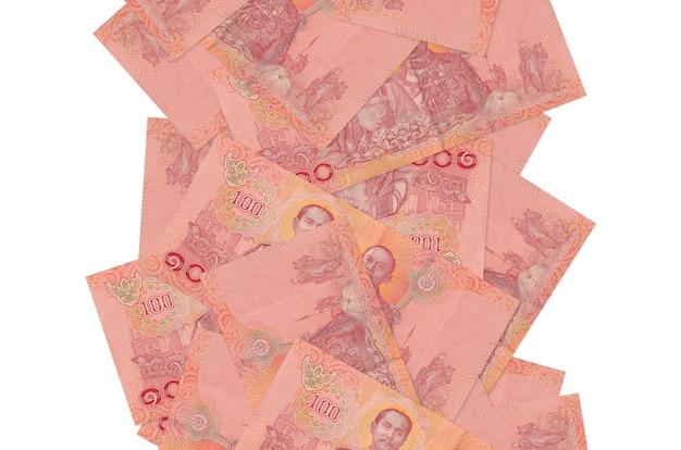 100 thaise baht-rekeningen die geïsoleerd vliegen. veel bankbiljetten vallen met witte kopie ruimte aan de linker- en rechterkant