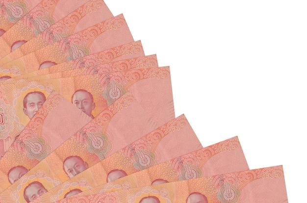 100 thaise baht rekeningen liggen geïsoleerd op een witte achtergrond met kopie ruimte gestapeld in ventilator close-up