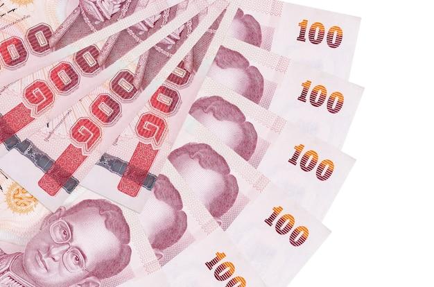 100 thaise baht-rekeningen liggen geïsoleerd op een witte achtergrond met kopie ruimte gestapeld in waaiervorm close-up