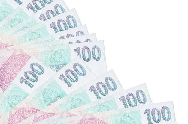 100 tsjechische korunrekeningen liggen geïsoleerd op een witte muur met kopie ruimte gestapeld in ventilator close-up. payday-tijdconcept of financiële verrichtingen