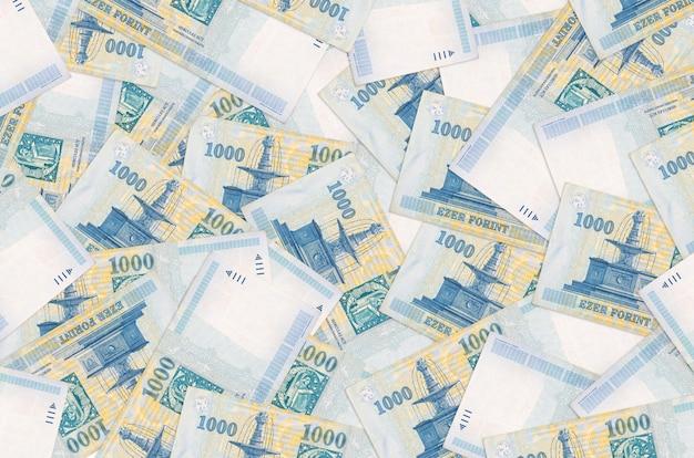 1000 hongaarse forintbiljetten liggen op een grote stapel