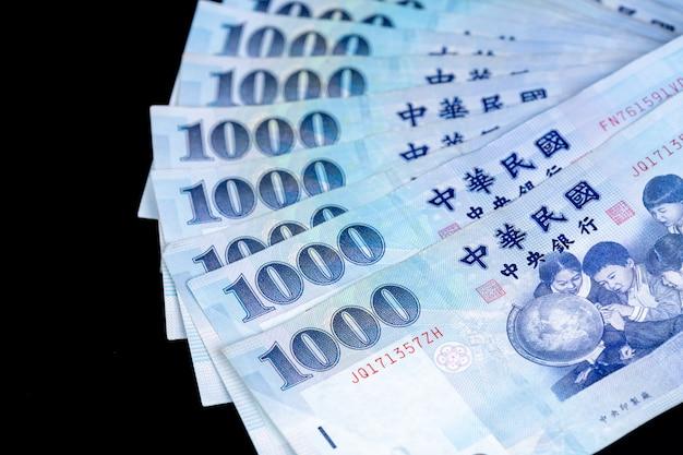 1000 nieuw taiwanese dollarbankbiljet, contant geld dat op achterbank wordt geïsoleerd