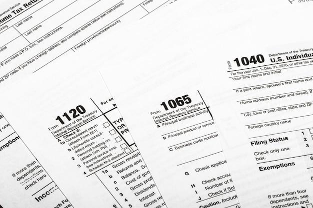 1040,1120,1065 amerikaans belastingformulier / belastingconcept. vs
