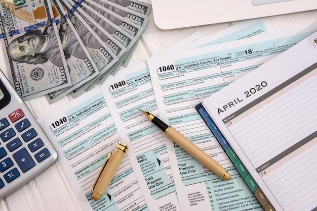 1040 belastingformulier met dagboek op tafel