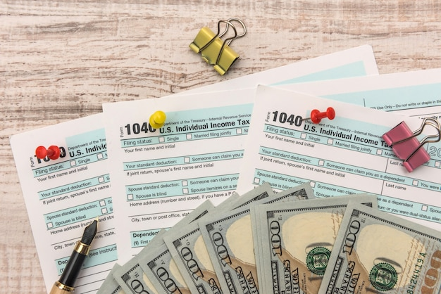 1040 belastingformulier met ons geld en pen belastingconcept