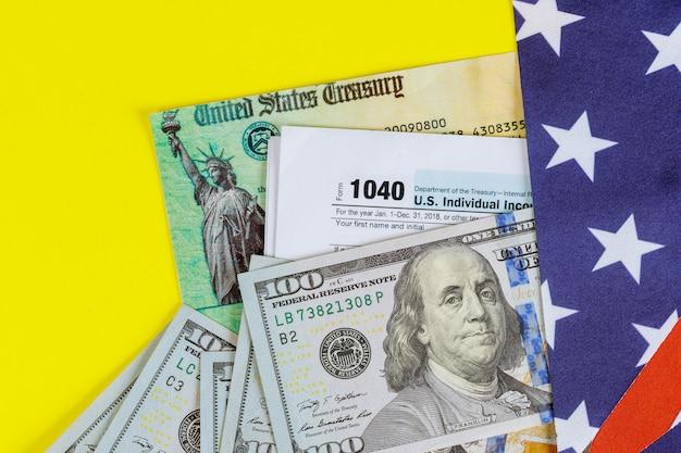1040 belastingformulier met terugbetalingscheque en bankbiljetten in amerikaanse dollars