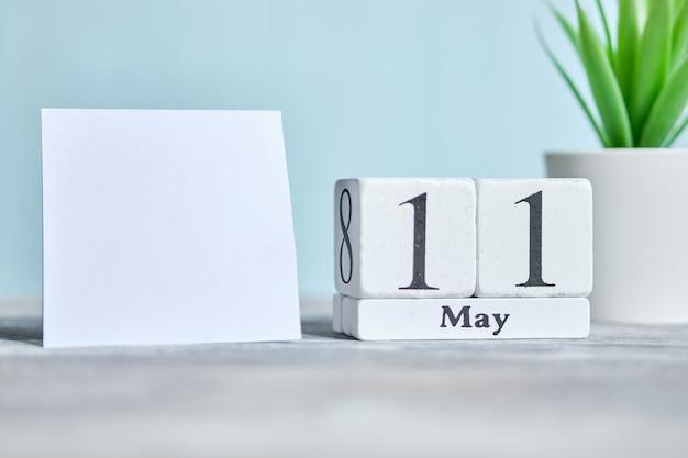 11 elfde dag mei maand kalender concept op houten blokken. kopieer ruimte.