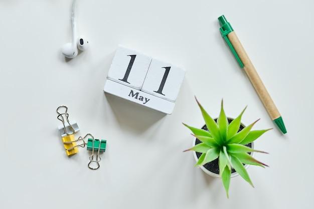 11 elfde dag mei maand kalender concept op houten blokken.