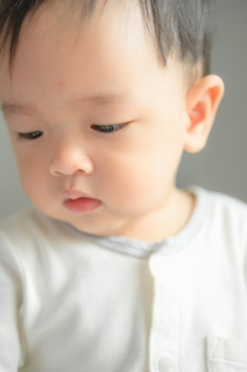 11 maanden babyjongen portret, aziatisch kind gezicht, kleine jongen lachend