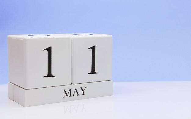 11 mei. dag 11 van de maand, dagelijkse kalender op witte tafel