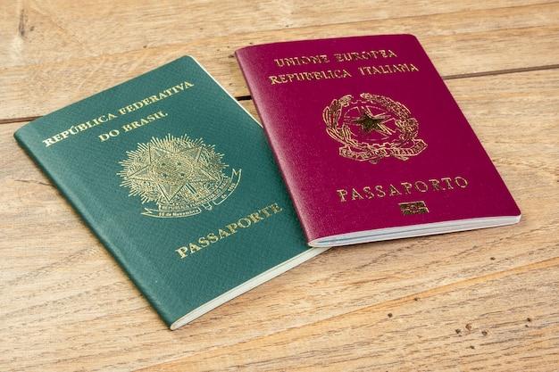 11 november 2020, brazilië. braziliaanse en italiaanse paspoorten op houten tafel.